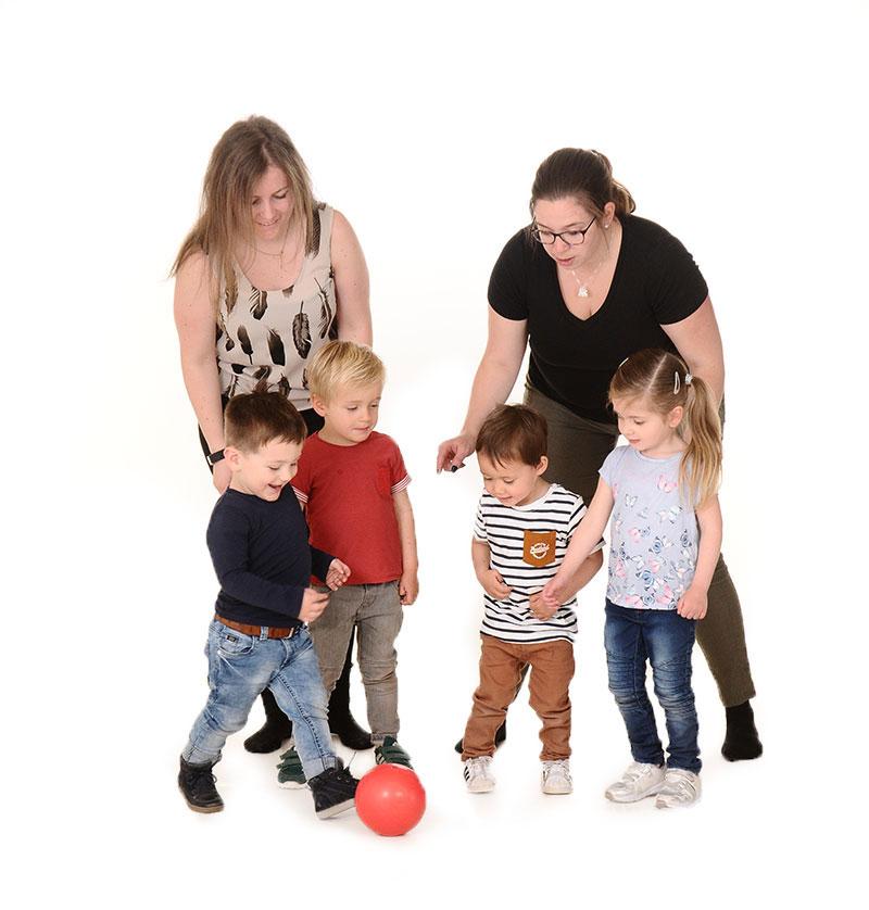 leidsters spelen met kinderen bij de buitenschoolse opvang van Nannies in Elst